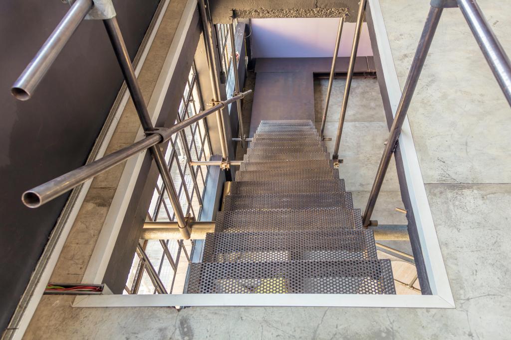 escalier metallique en descente
